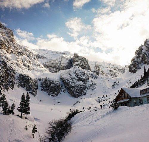 Freeride skiing in the Bucegi Mountains